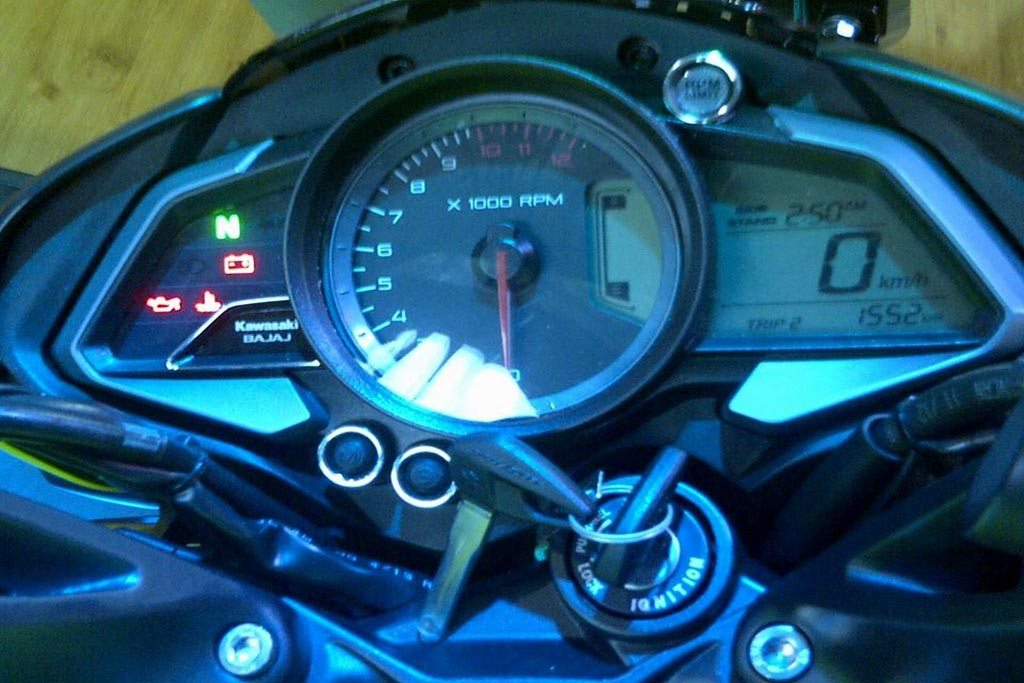 2013-pulsar-200NS-Indonesia-console