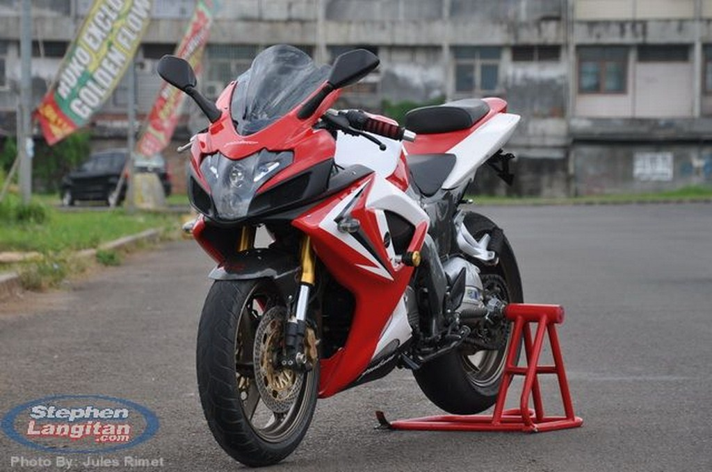 Stunningly Modified Bajaj Pulsar 220